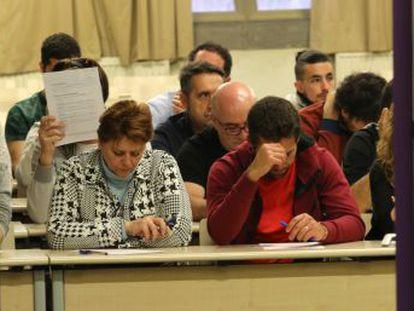 Más de 166.000 personas se han presentado este domingo en toda España a la mayor oferta de empleo del servicio postal en la última década
