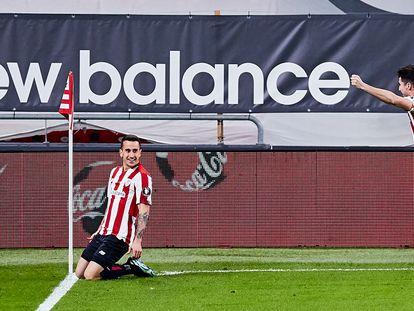 Berenguer celebra el gol de la victoria en presencia de Morcillo, este domingo en San Mamés.