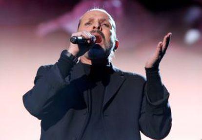 Miguel Bosé interpreta 'Lucía' en el homenaje a Serrat.