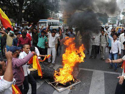 Activistas de Karnataka queman una efigie del líder del estado vecino, Tamil Nadu, este martes en Bangalore (India).