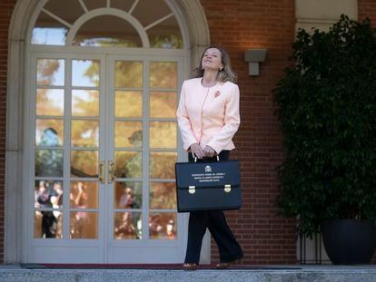 La vicepresidenta primera, Nadia Calviño, este martes a su llegada al Consejo de Ministros.