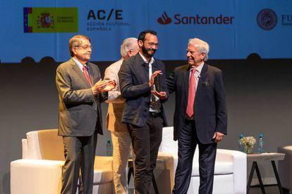 Rodrigo Blanco Calderón recibe el Premio de la Bienal Mario Vargas Llosa.
