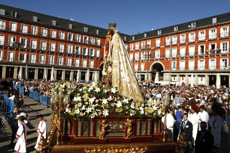 Procesión de la Virgen de la Almudena del año pasado, tras la misa celebrada en la plaza Mayor.