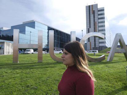 Aitana Fernández González, fotografiada ante el hospital público de Oviedo donde falleció su hermana Andreas en 2017.