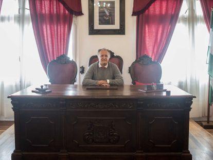 El alcalde de Tarifa, Juan Andrés Gil, en el salón de plenos.