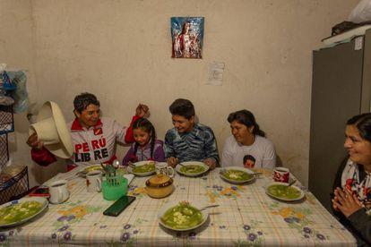 Pedro Castillo junto a su esposa Lilia y sus tres hijos Alondra, Arnold y Jennifer antes de tomar una sopa verde, plato tradicional de Cajamarca, Perú.