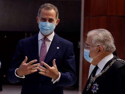 El presidente del Tribunal Constitucional, Juan José González Rivas (derecha); y el rey Felipe VI (izquierda), mantienen una conversación a su llegada al acto en conmemoración del XL Aniversario de la entrada en funcionamiento del Tribunal Constitucional.