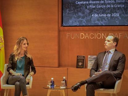 La portavoz del PP en el Congreso, Cayetana Álvarez de Toledo, y el economista Daniel Lacalle este jueves en una charla de la Fundación Rafael del Pino.