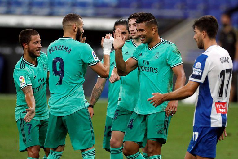 Casemiro agradece a Benzema la asistencia para su gol al Espanyol.