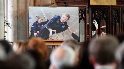 Una imagen de Stepehn Hawking experimentando la gravedad cero y mostrado durante su funeral en Cambridge el pasado 31 de marzo.