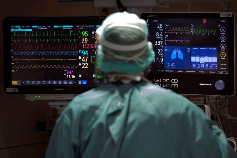Un profesional sanitario trabaja en la UCI del hospital Vall d'Hebron de Barcelona, el 25 de noviembre.