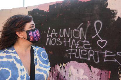 Fabiola Ortega, vecina del barrio madrileño de La Concepción, posa este lunes delante del mural vandalizado.