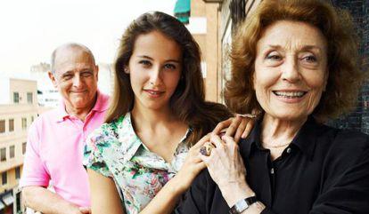 Irene Escolar, entre sus tíos abuelos Emilio y Julia Gutiérrez Caba.