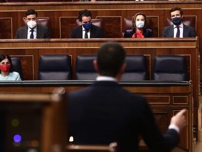 El presidente del Gobierno, Pedro Sánchez, se dirige a Pablo Casado durante una intervención en el Congreso.