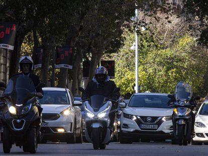 Tráfico en el centro de Barcelona, este lunes.