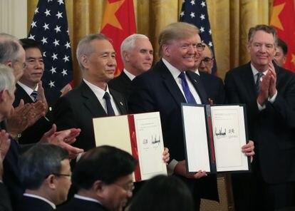Trump y el vice primer ministro chino, Liu He, mostraban el acuerdo firmado, el pasado 15 de enero en la Casa Blanca.