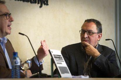 Josep Cuní (izquierda) y Lluís Bassets, durante la presentación del libro de este, 'El último que apague la luz. Sobre la extinción del periodismo', en el Colegio de Periodistas de Cataluña.