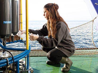 Una investigadora del Instituto Español de Oceanografía durante una campaña de investigación a bordo del buque 'Ramón Margalef'.