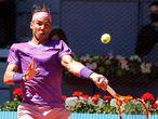 MADRID, 06/05/2021.- El tenista español Rafael Nadal devuelve la bola al australiano Alexei Popyrin, durante el partido de octavos de final del Mutua Madrid Open que disputan este jueves en la Caja Mágica. EFE/ Chema Moya