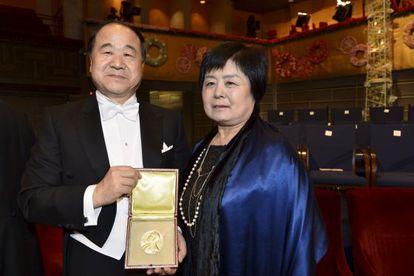 El premio Nobel de Literatura 2012, Mo Yan junto a su mujer Inlan Du.