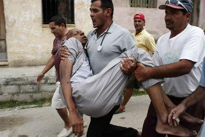 Los doctores llevan al disidente cubano Guillermo Fariñas al hospital tras sufrir un nuevo desmayo.