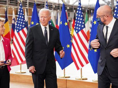 La presidenta de la Comisión Europea, Ursula von der Leyen, el presidente de Estados Unidos, Joe Biden, y el presidente del Consejo Europeo, Charles Michel, a su llegada a la cumbre entre la UE y Estados Unidos en Bruselas, el pasado 15 de junio.