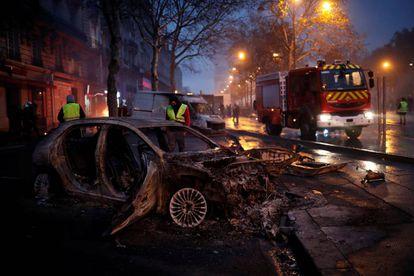 Vehículo quemado cerca del Arco de Triunfo, en París.