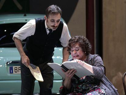 Borja Quiza y Carlos Álvarez (derecha), en una escena de 'Viva la mamma'.