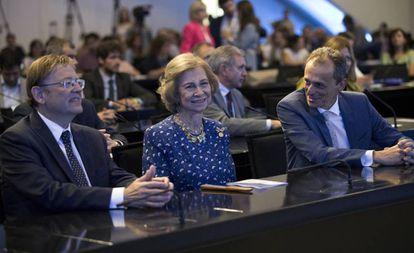 La Reina Doña Sofía, entre el presidente Ximo Puig y el ministro de Ciencia, Pedro Duque, en el simposio previo al congreso de enfermedades neurodegenerativas que se celebra en Valencia.