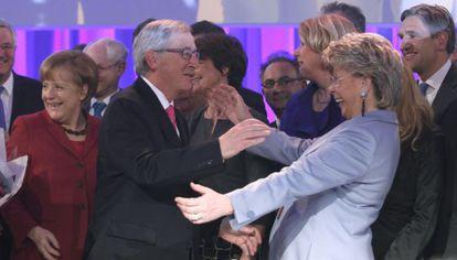 Juncker recibe la felicitación de la vicepresidenta de la Comisión, Viviane Reding.