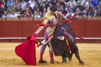 Antonio Nazaré durante la faena de su segundo toro al que cortó una oreja.