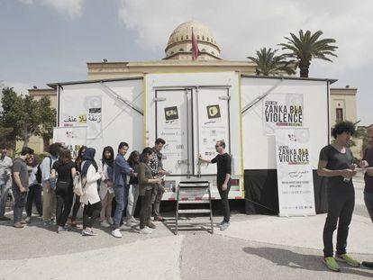 Varios jóvenes esperan su turno para entrar en el camión del grupo teatral Zanka Bla Violence (Calle Sin Violencia), el pasado jueves en Marrakech.