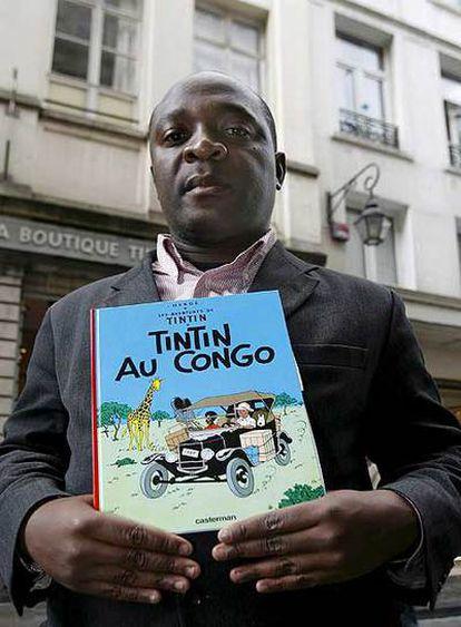 Mbutu Mondondo, con un ejemplar de <i>Tintín en el Congo,</i>  el martes, en Bruselas.</b>