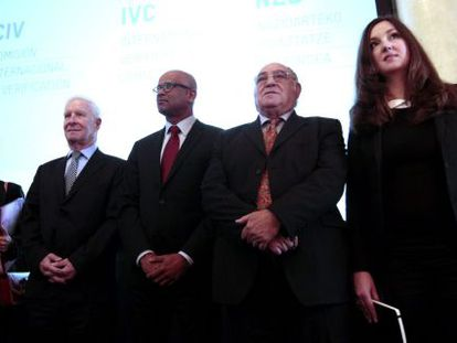 De izquierda a derecha, los verificadores Aracelly Santana, Chris Maccabe, Ram Manikkalingam, Ronnie Kasrils y  Fleur Ravensbergen.