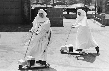 Dos monjas montan un par de patinetes eléctricos antediluvianos allá por 1955. Ellas tampoco usaban casco.