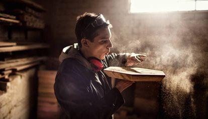 Un carpintero realiza sus tareas profesionales en un taller.