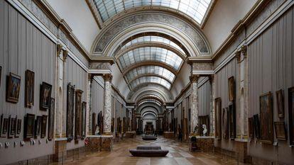 Una galería del Louvre, este miércoles, vacía a consecuencia de la pandemia de coronavirus.