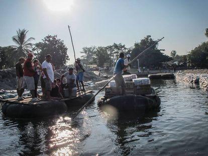 Comerciantes en el río Suchiate en la frontera entre México y Guatemala