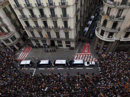Manifestación independentista de 2019 frente a la jefatura de la Policía Nacional de Via Laietana, en Barcelona.