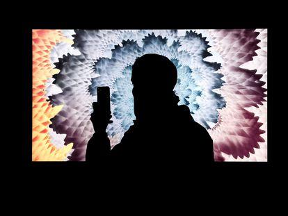 Una persona hace una foto de una de las obras que forman parte de la exposición de arte digital en la Galería Superchief NFT en Nueva York, Estados Unidos. EFE/ Jason Szenes