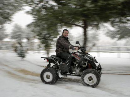 Francisco Granados montando en <i>quad,</i> una de sus grandes aficiones, el viernes en Valdemoro.