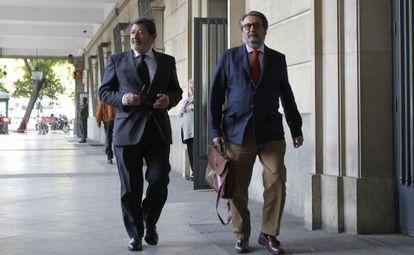 Javier Guerrero, a la izquierda, este jueves en los juzgados de Sevilla.