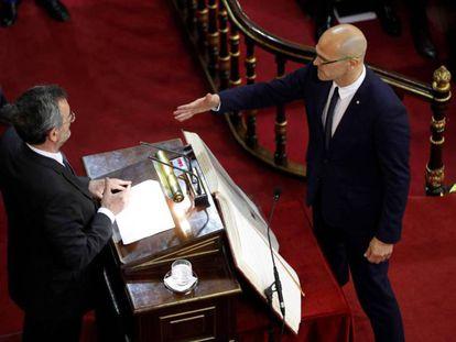 El senador de ERC Raül Romeva, que se encuentra en prisión provisional , presta juramento durante la sesión constitutiva de la Cámara alta.