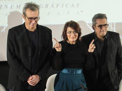 El presidente, Mariano Barroso, y los presentadores Sílvia Abril y Andreu Buenafuente, en la Academia. En el vídeo, explican la gala.