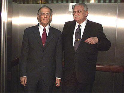 Ricard Fornesa (derecha) y Josep Vilarasau, tras el relevo en la presidencia de la caja, en marzo pasado.