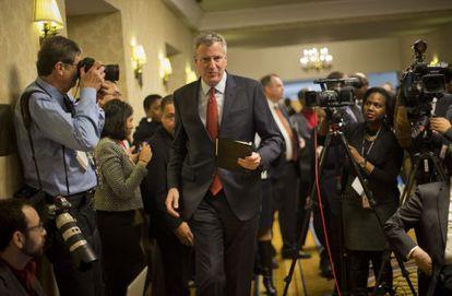 El alcalde de Nueva York, Bill de Blasio, llega a la rueda de prensa tras la reunión de alcaldes en Washington.