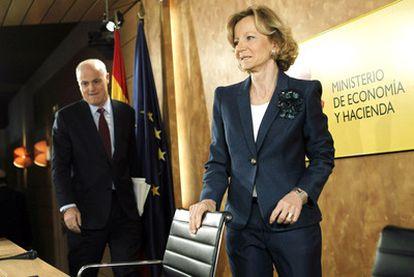 Elena Salgado junto al secretario de Estado de Economía, José Manuel Campa, en la rueda de prensa de ayer.