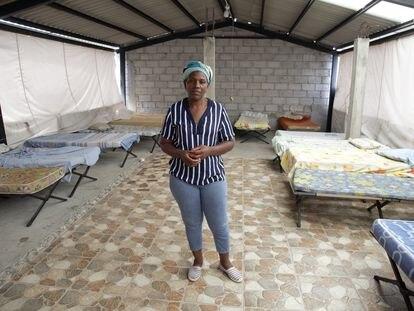 Carmen Carcelén posa en una de las habitaciones de su casa donde da refugio a migrantes.