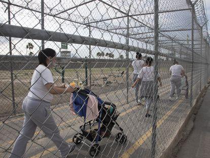 Mujeres presas arrastran los cochecitos con sus bebes dentro del Centro de Reinserción Femenil de Escobedo, en Monterrey (Nuevo León), el 18 de mayo.