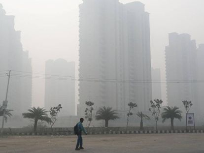 Un hombre camina este lunes en Nueva Delhi, cubierta por la contaminación.